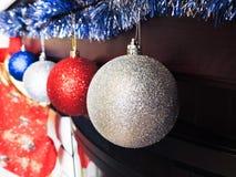 O humor do Natal decora os brinquedos e o ouropel bonitos da árvore de Natal Fotografia de Stock Royalty Free