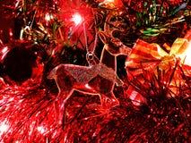 O humor do Natal decora os brinquedos e o ouropel bonitos da árvore de Natal Foto de Stock Royalty Free