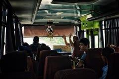 O humor sempre assim típico em um mini ônibus local monta em todo o país fotos de stock