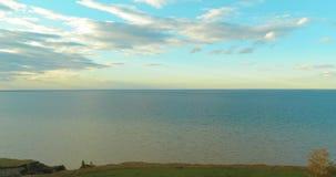 O hyperlapse aéreo do por do sol e as nuvens acima do zangão de Timelapse da costa de mar voam perto do banco do oceano Horizonta video estoque