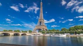 O hyperlapse do timelapse da torre Eiffel da terraplenagem no rio Seine em Paris vídeos de arquivo