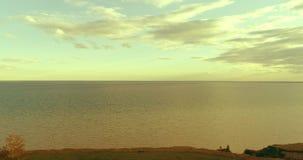 O hyperlapse a?reo do por do sol e as nuvens acima do zang?o de Timelapse da costa de mar voam perto do banco do oceano Horizonta vídeos de arquivo