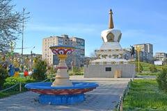 O I Gorodovikovvierkant met de fontein en een mortier van Verzoening Elista, Kalmukki? stock fotografie