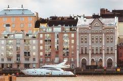 O iate amarrou no porto norte em Helsínquia, Finlandia Imagens de Stock Royalty Free
