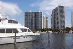 O iate branco amarrou em um Aventura, porto de Florida imagem de stock
