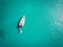 O iate branco ancorou no mar de adriático, Itália Foto de Stock