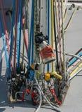 O iate da navigação alinha o detalhe colorido das cordas Foto de Stock