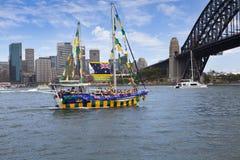 O iate decorado navega sob Sydney Harbour Bridge em Austrália D Imagens de Stock Royalty Free