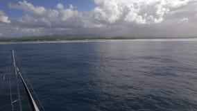 O iate e a ilha da navigação costeiam, tiro aéreo video estoque