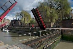 O iate entra em docas do St Katherine, Londres, Reino Unido Fotos de Stock Royalty Free