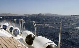O iate está movendo-se ao longo da costa Fotografia de Stock Royalty Free
