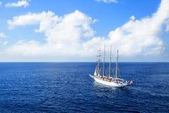 O iate está navegando no mar das caraíbas em um dia ensolarado Fotografia de Stock Royalty Free