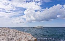 O iate moderno está no mar de adriático Fotografia de Stock Royalty Free