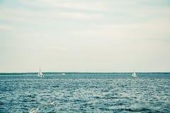 O iate, o vento, o sol e a água Fotos de Stock