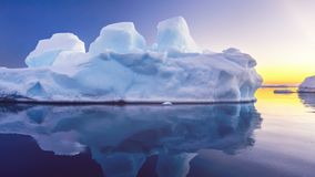 O iceberg azul bonito flutua no oceano aberto video estoque