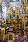 O iconostasis e o interior do St Nicholas Church em Mogilev belarus fotografia de stock