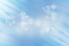 O idílio do inverno do fundo da grão com nuvens e flocos da neve iluminou-se por raios Fotografia de Stock