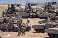 O IDF força os tanques e veículos armados fora da Faixa de Gaza Fotos de Stock