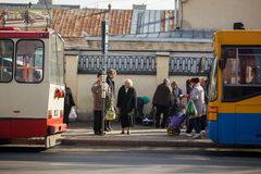 O idoso esperando um transporte público Imagens de Stock