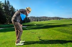 O idoso está jogando o golfe imagens de stock