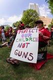O idoso fêmea guarda o anti sinal da arma na reunião de Atlanta Fotos de Stock Royalty Free