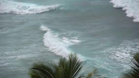 O impacto das ondas nos penhascos ou na linha costeira video estoque