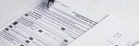 O imposto sobre o rendimento das pessoas coletivas do T2 de Canadá forma para calcular lucros e impostos da empresa imagem de stock royalty free