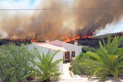 O incêndio florestal ameaça casas em Portugal Imagens de Stock