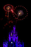 O incêndio trabalha sobre o castelo de Disney foto de stock royalty free
