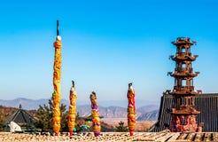 O incensário com é varas ardentes de um incenso do aroma de Joss ou velas da vista do templo de Hua-Yang ou de Huayan à montanha imagens de stock royalty free