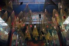 O incenso espiral ardente cola a suspensão do teto de um pago Fotografia de Stock