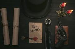 O indício Chave a desembaraçar e mensagem secreta na tabela da mesa do agente do detetive Vista superior foto de stock