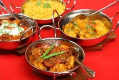 O Indian surra em pratos de serviço foto de stock