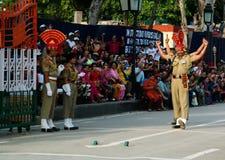 O indiano de marcha guarda no uniforme nacional na cerimônia de abaixar as bandeiras Lahore, Paquistão Fotografia de Stock Royalty Free