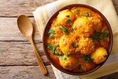 O indiano fritou o aloo de Dum das batatas no close-up do molho de caril horizont foto de stock royalty free