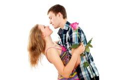 O indivíduo abraça uma menina Fotos de Stock