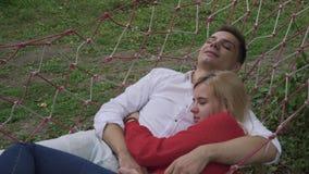 O indivíduo abraça uma menina em uma rede filme