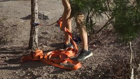 O indivíduo amarra a corda à árvore, close-up video estoque