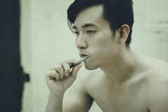 O indivíduo asiático escova seus dentes Imagens de Stock Royalty Free