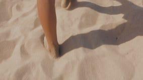 O indivíduo atravessa a areia quente da praia video estoque