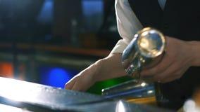 o Indivíduo-barman mostra os truques video estoque