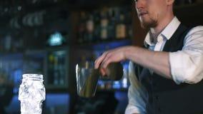 o Indivíduo-barman mostra os truques vídeos de arquivo
