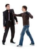 O indivíduo bate e intimida um homem. Fotos de Stock Royalty Free