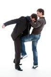 O indivíduo bate um joelho abaixo da correia o homem novo. Imagem de Stock