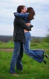 O indivíduo beija sua menina Imagens de Stock