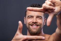 O indivíduo bonito com barba está gesticulando positivamente imagens de stock