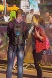 O indivíduo com a menina na cidade santa de Cheboksary, república do Chuvash, Rússia no festival das cores 06/01/2016 Fotos de Stock