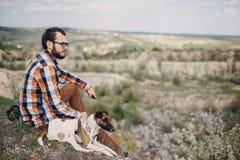 O indivíduo com o cão Imagem de Stock
