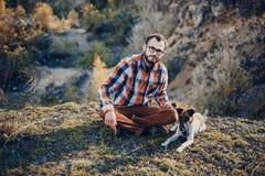 O indivíduo com o cão Imagem de Stock Royalty Free