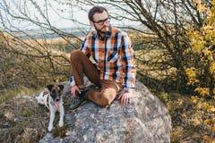 O indivíduo com o cão Foto de Stock Royalty Free